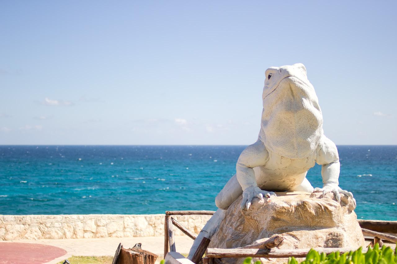 イグアナの像